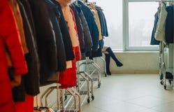 Nogi dziewczyna inicjuje dresser kurtek żakiet zdjęcie stock