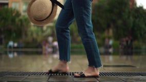Nogi dziewczyny turystyczny odprowadzenie wzdłuż fontanny w Ładnym, Francja na wiosna dniu zbiory wideo