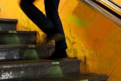 Nogi iść up miasta metra schodki zdjęcie stock