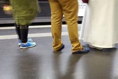 Nogi i buty ludzie czeka pociąg Obrazy Stock