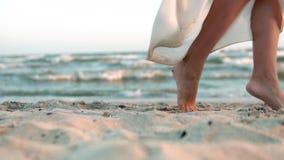 Nogi jest ubranym biel długo chodzi bosego piasek na morze plaży caucasian dziewczyna, słońce, obiektyw swobodny ruch Kobieta Cho zbiory