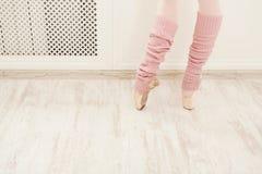 Nogi jest ubranym getra zbliżenie baletniczy tancerz fotografia stock