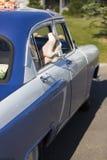 Nogi kobieta lub dziewczyna w butach z szpilkami w okno rocznika samochód Zdjęcia Stock