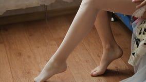 Nogi kobieta na podłodze w pokoju zdjęcie wideo