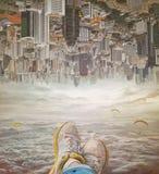 Nogi kobieta relaksuje w niebie w sneakers Fotografia Stock