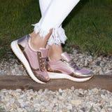 Nogi kobieta z sneakers Obraz Royalty Free