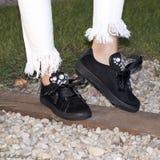 Nogi kobieta z sneakers Obrazy Royalty Free