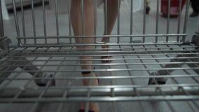 Nogi kobiety przewożenia wózek na zakupy w rynku zbiory wideo