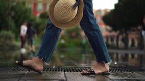 Nogi kobiety turystyczny odprowadzenie wzdłuż fontanny w Ładnym, Francja na wiosna dniu zdjęcie wideo