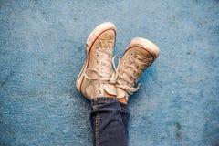 Nogi krzyżować i sneakers Obraz Stock