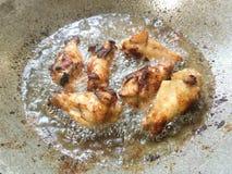 Nogi kurczaki w gorącym oleju obraz stock