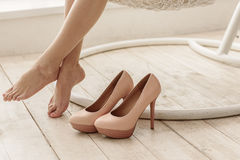 Nogi lokalizuje w frontowym obuwiu kobieta Obraz Royalty Free