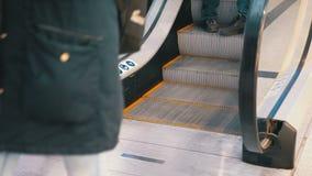 Nogi ludzie poruszający na eskalatoru dźwignięciu w centrum handlowym swobodny ruch zbiory