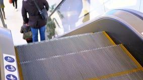 Nogi ludzie poruszający na eskalatoru dźwignięciu w centrum handlowym swobodny ruch zdjęcie wideo