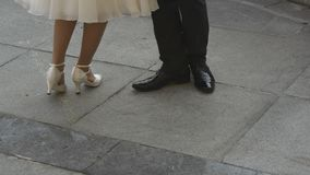 Nogi mężczyzna i kobiety taniec na poślubiać plenerowy zbiory