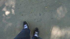 Nogi mężczyzna odprowadzenie na drodze pierwszy osoba zbiory
