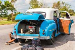 Nogi mężczyzna pod samochodem, Vinales, pinar del rio, Kuba Samochodowe naprawy Zakończenie Obrazy Royalty Free