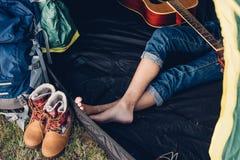 Nogi młoda kobieta wśrodku campingowego namiotu Zdjęcie Royalty Free