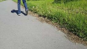 Nogi młody człowiek z wiotkim Nastolatka odprowadzenia puszek ulica, stawia jego cieki na paluszkach Choroba jest cerebralnym pal zdjęcie wideo