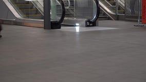 Nogi pasażery chodzi przy dworcem, eskalatory w tle, przestrzeń dla teksta puszka lewego kąta zdjęcie wideo