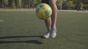 Nogi piłki nożnej odbijające się na boisku zbiory