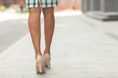 Nogi piękna dziewczyna w szpilkach obrazy royalty free