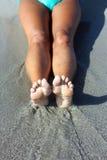 Nogi rozciągać out na piasku fotografia stock