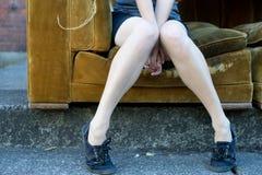 Nogi siedzi na leżance Obrazy Royalty Free
