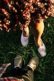 nogi szczęśliwy elegancki modniś na tle zielona trawa w su zdjęcia stock
