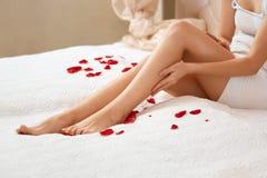 nogi tęsk kobieta Piękna kobieta Dba O nogach Depilacja Zdjęcia Royalty Free
