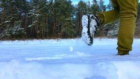 Nogi turystyczna przepustka przez śniegu w zwolnionym tempie zbiory