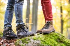 Nogi unrecognizable kobieta w jesieni naturze i mężczyzna Zdjęcie Royalty Free