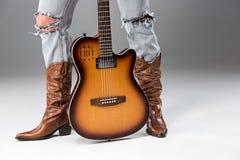 Nogi w cajgach i kowbojów butach Zdjęcia Stock