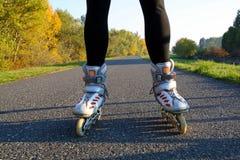 Nogi w rolkowych łyżwach - frontowy widok zdjęcia stock