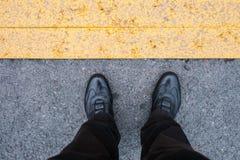 Nogi z czarnymi butami na blacktop zdjęcia stock