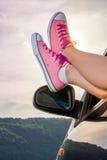 Nogi z samochodowego okno jeziorem zdjęcie royalty free