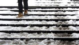 Nogi zestrzelają schodki w zima śniegu Fotografia Stock
