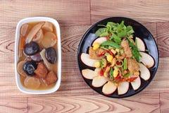 A nogueira-do-Japão fritada com legumes misturados serviu com sopa marrom e fluiu a sopa da erva da medicina chinesa, Fotos de Stock Royalty Free