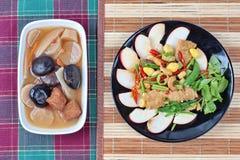 A nogueira-do-Japão fritada com legumes misturados serviu com sopa marrom e fluiu a sopa da erva da medicina chinesa, Fotografia de Stock Royalty Free