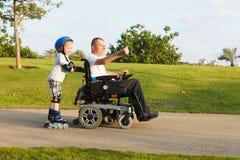 Noi che rollerblading con il figlio Immagini Stock