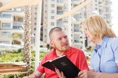 Noi che studiamo bibbia santa Fotografia Stock Libera da Diritti