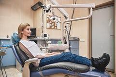 Noi sorriso di design…you Ritratto del paziente felice in sedia dentaria fotografia stock libera da diritti