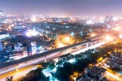 Noida stacja metru przy nocą przeciw pejzażowi miejskiemu Fotografia Royalty Free