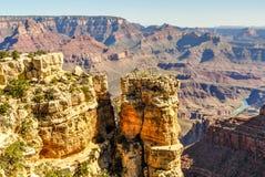 Noioso-fanno le guglie della sentinella del supporto dell'arenaria sopra Grand Canyon dell'Arizona immagini stock libere da diritti