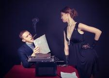 Noir журналист фильма и девушка на работе Стоковая Фотография