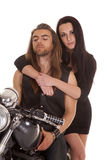 Noir d'usage de moto de couples son regard photos stock