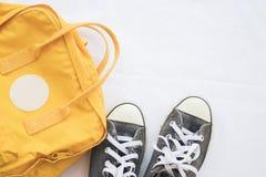Noir de chaussures d'espadrilles avec le sac jaune coloré Photos libres de droits