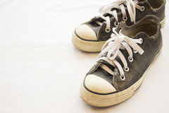 Noir de chaussures d'espadrilles populaire sur le blanc de fond Images stock