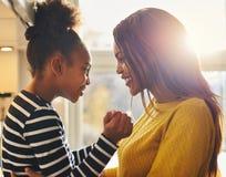 Noir de maman et de fille Photo stock