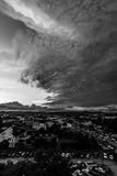 Noir de scape de ville et blanc crépusculaires Images stock